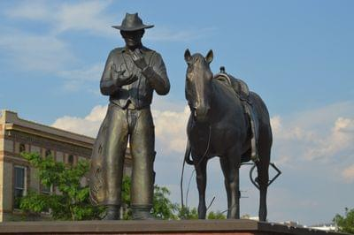 Heritage%20statue%20on%20broadway%20street,%20thermopolis